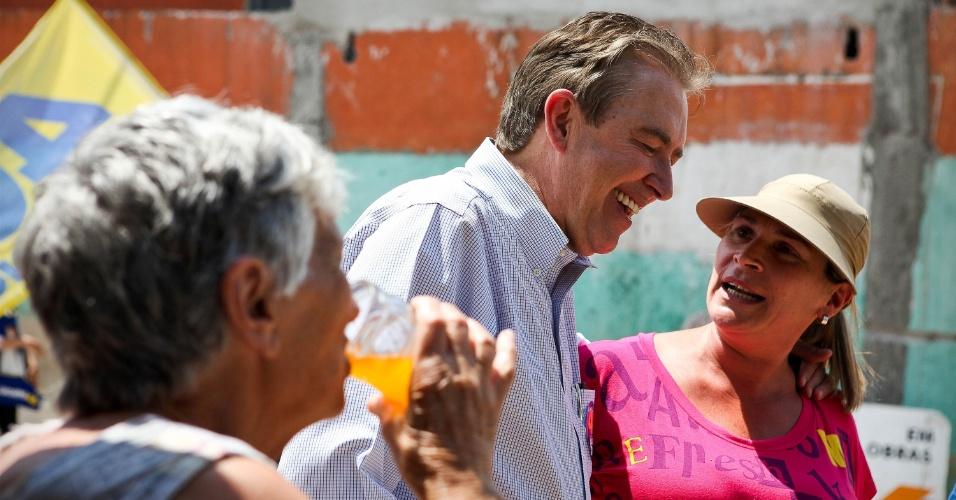 5.out.2012 - O prefeito e candidato à reeleição Luciano Ducci (PSB) conversa com moradoras do bairro Vila Rebouças, na capital paranaense