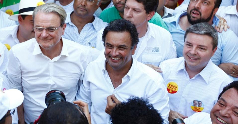 5.out.2012 - Prefeito de Belo Horizonte e candidato à reeleição pelo PSB em Belo Horizonte, Marcio Lacerda (de óculos), recebe apoio do senador Aécio Neves (PSDB) (de branco) durante caminhada pela avenida Afonso Pena, no centro da capital mineira