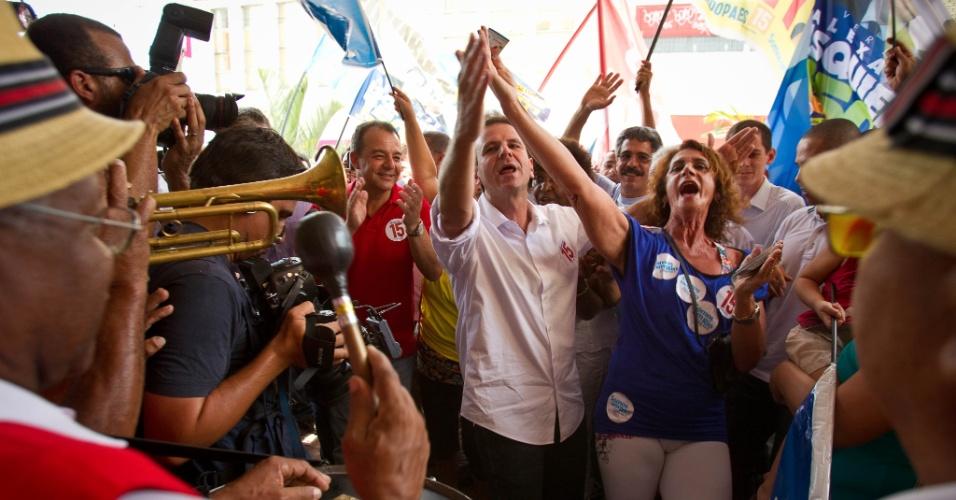 6.out.2012 - Eduardo Paes (de camisa branca), candidato à reeleição no Rio de Janeiro pelo PMDB, dança com eleitora durante caminhada pelo bairro de Madureira, no seu último evento de campanha no primeiro turno