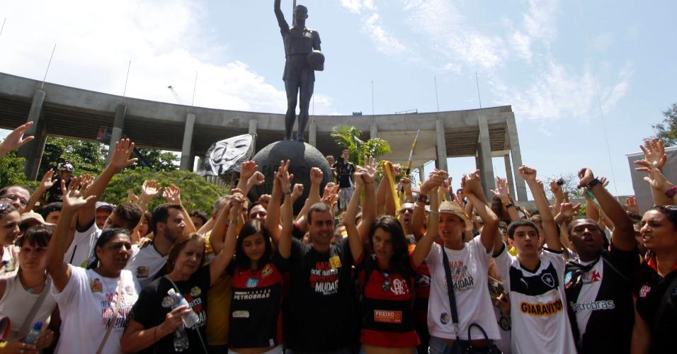 6.out.2012 - Marcelo Freixo (no centro), candidato do PSOL à Prefeitura do Rio de Janeiro, encerrou sua campanha no primeiro turno com um abraço coletivo no estádio do Maracanã ao lado de partidários