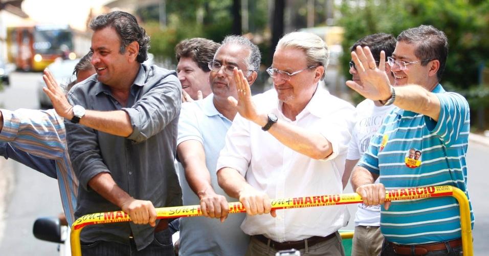 6.out.2012 - Marcio Lacerda (centro, de branco), candidato à reeleição em Belo Horizonte pelo PSB, participa de carreata pela região do Barreiro ao lado do senador tucano Aécio Neves (à esq.)