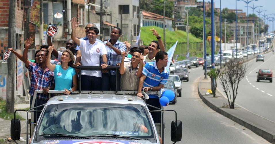 6.out.2012 - O candidato do DEM à Prefeitura de Salvador, ACM Neto (à frente), participa de carreata no bairro de Cajazeiras no último dia de campanha do primeiro turno