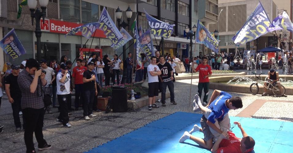 6.out.2012 - O último dia da campanha de rua no centro de Curitiba, neste sábado, foi marcado pelas caminhadas das campanhas minoritárias