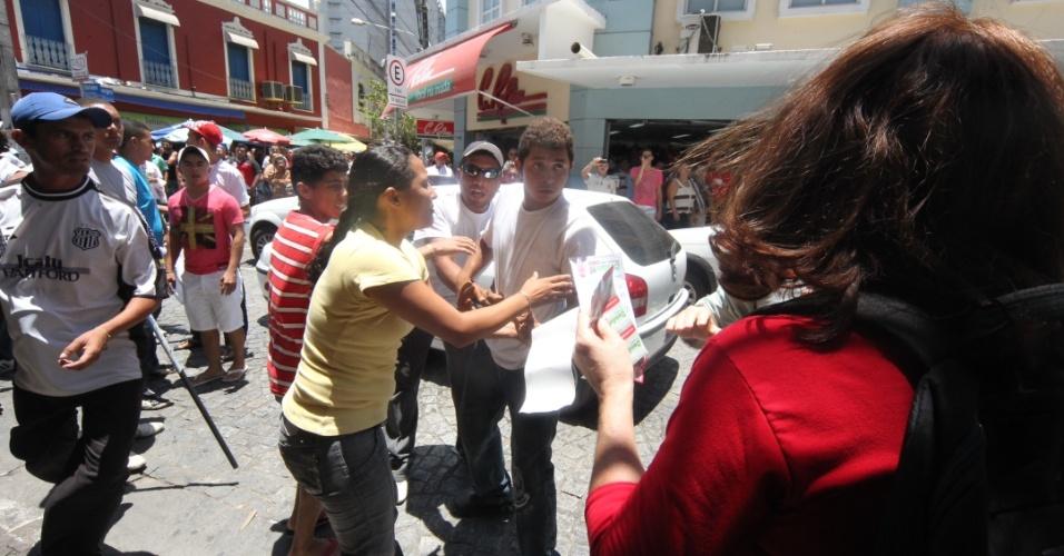 6.out.2012 - Partidários dos candidatos Moroni Torgan (DEM) e Elmano de Freitas (PT) se encontram durante manifestação na praça do Ferreira, no centro da cidade. Houve confusão e um comerciante fechou as portas de sua loja com medo de pedradas