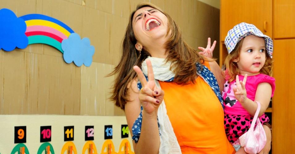 07.out.2012 - A deputada federal Manuela D'Ávila (PC do B), candidata à prefeitura de Porto Alegre (RS), vota na manhã deste domingo (7); segundo pesquisas, ela tem perdido pontos na reta final da campanha
