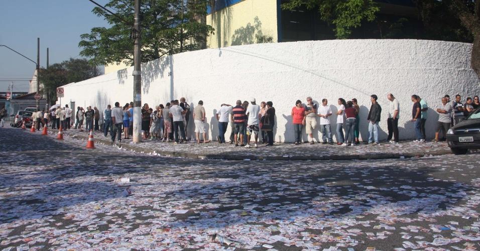 07.out.2012 - Em São Bernardo do Campo, na grande São Paulo, eleitores enfrentam fila para votar n colégio E. E. Dr. João Firmino Correia de Araújo; o ex-presidente Luiz Inácio Lula da Silva também vota no local