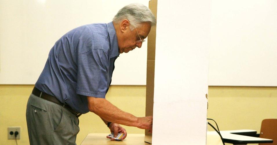 07.out.2012 - Ex-presidente Fernando Henrique Cardoso usou uma cola para votar para vereador em São Paulo