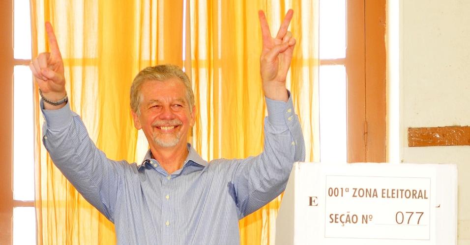 07.out.2012 - José Fortunati, candidato do PDT à reeleição em Porto Alegre, votou por volta das 8h15, na primeira zona eleitoral da cidade