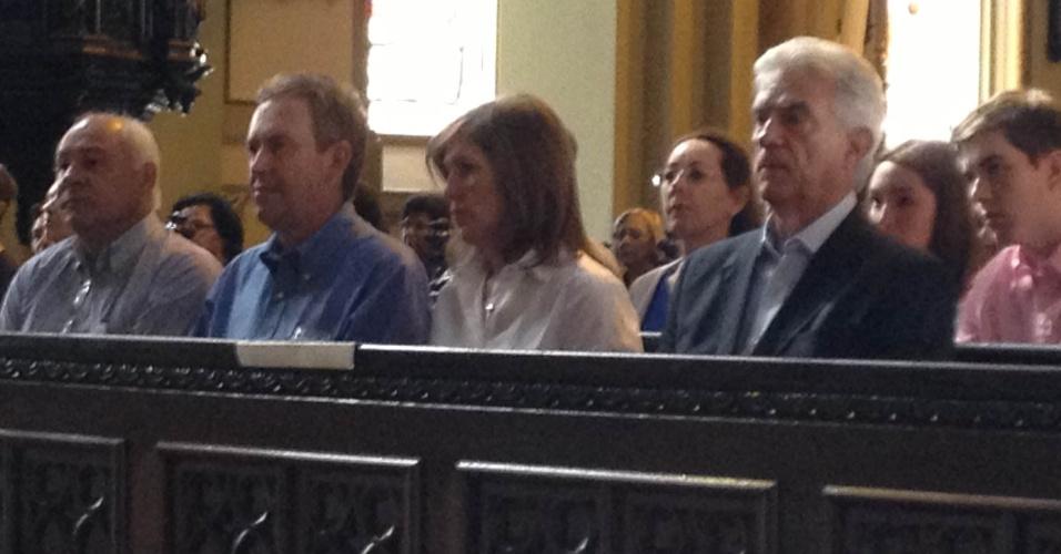 7.out.2012 - Luciano Ducci (segundo à esquerda), candidato à reeleição em Curitiba pelo PSB, participa de missa na manhã deste domingo (7)