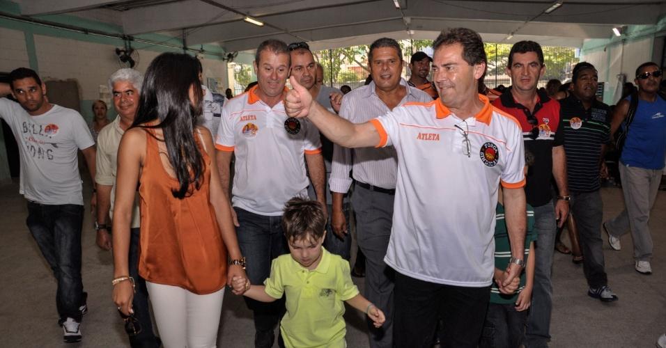 7.out.2012 -  O candidato à Prefeitura de São Paulo pelo PDT, Paulinho da Força, chega ao seu local de votação na Brasilândia (zona norte da capital), na manhã deste domingo (7)