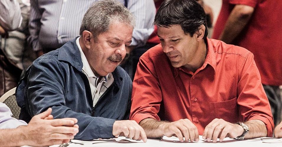 7.out.2012 - O ex-presidente Luiz Inácio Lula da Silva tomou café da manhã com o candidato à prefeitura de São Paulo, Fernando Haddad (PT) em um hotel; Lula disse que não está preocupado com influência do mensalão nas eleições