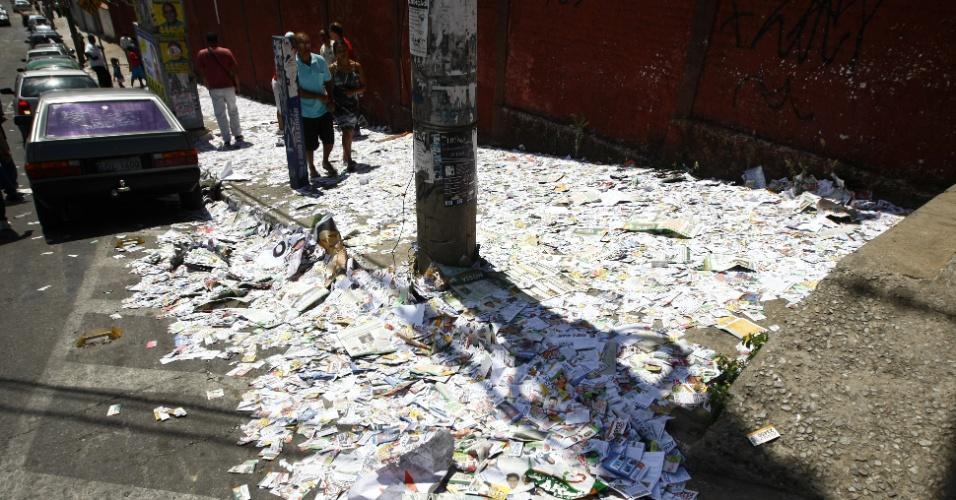 07.out.2012 - Santinhos de diversos candidatos cobrem calçadas de colégio eleitoral em Contagem (MG)
