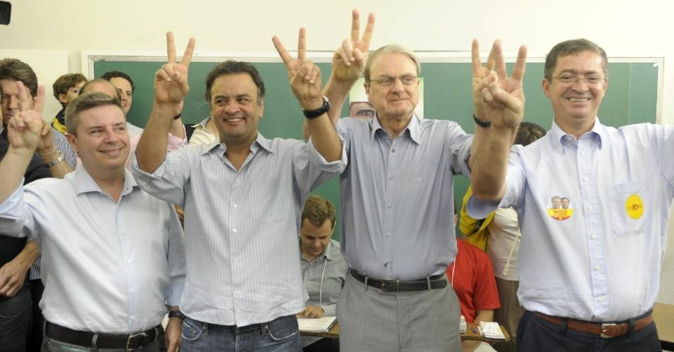 7.out.2012 - Antonio Anastasia (esq.), Aécio Neves (2º esq.), Marcio Lacerda (3º esq.) e Délio Malheiros (dir.) posam para foto em Belo Horizonte
