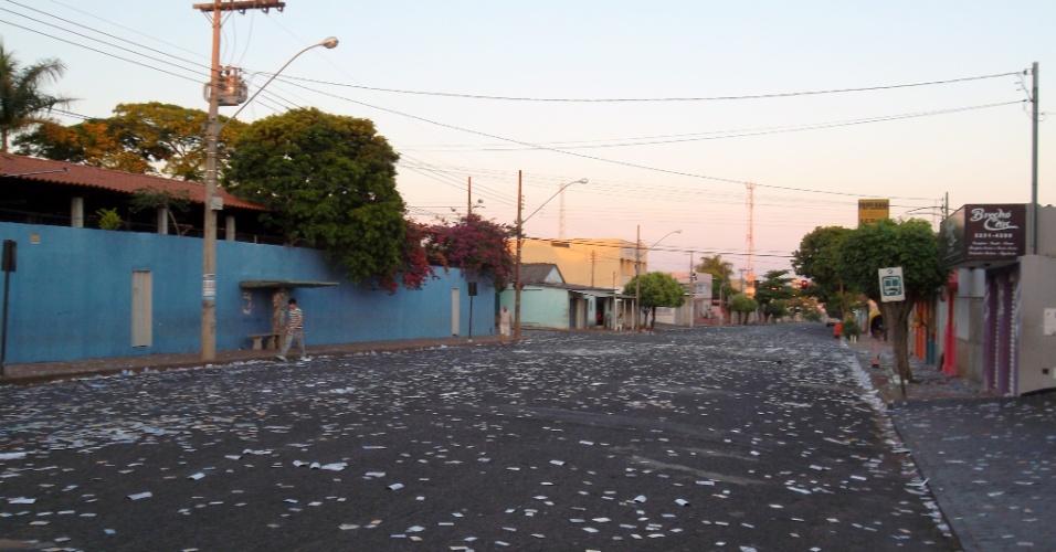 7.out.2012 - As ruas de Uberlândia (MG) amanhecem lotadas de santinhos e panfletos dos candidatos