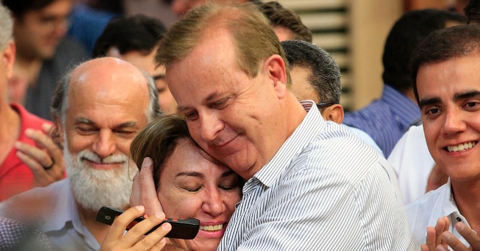 7.out.2012 - O prefeito de Goiânia (GO), Paulo Garcia (PT), abraça a mulher, Tereza Beiler, durante comemoração de sua reeleição no 1º turno das eleições municipais da capital