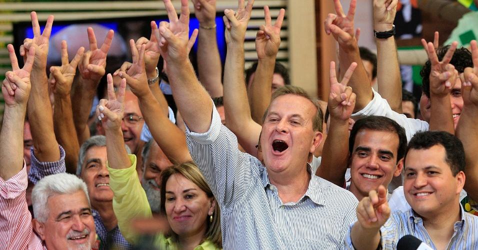 7.out.2012 - O prefeito de Goiânia (GO), Paulo Garcia (PT), comemora reeleição no 1º turno das eleições. Durante a campanha, Garcia contou com o apoio do ex-governador e ex-prefeito Iris Rezende (PMDB), que tem grande popularidade nas periferias da capital do Estado
