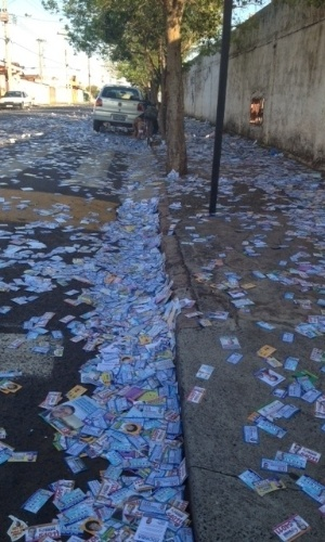 7.out.2012 - A cidade de Uberlândia, em Minas Gerais, amanheceu com ruas lotadas de santinhos e panfletos dos candidatos. Esse material foi distribuído próximo às escolas, onde ficam as zonas eleitorais
