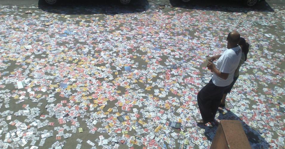 7.out. 2012  -  Bruno Ferreira de Salles enviou foto de local repleto de santinhos, no bairro  Vila Natal , em São Paulo. O internauta afirmou ter encontrado ao menos 30 pessoas fazendo boca de urna