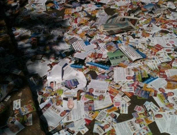 """7.out. 2012  - Eliane M. M. Crippa registrou imagem de via repleta de lixo e panfletos das eleições municipais em Itu (SP). """"Muitas pessoas escorregando e caindo. Um perigo, não vejo necessidade disso. Vocês já viram algum candidato limpando as ruas depois das eleições?"""", disse a internauta"""