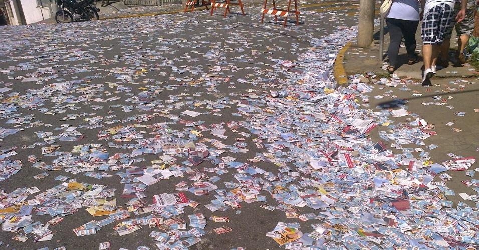 7.out. 2012 - Guilherme William de Faria registrou os santinhos espalhados pelas ruas de Mogi das Cruzes (SP)