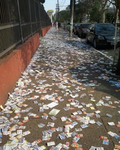7.out. 2012 - O internauta Sidnei Gama de Santana enviou imagem da sujeira próxima de um colégio eleitoral no bairro Ipiranga, em São Paulo