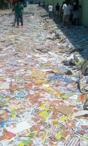 """7.out.2012 - A internauta Nathalia enviou imagem de Barueri, na região metropolitana de São Paulo. """"A  rua está coberta de lixo, isso é uma vergonha?"""", disse a internauta"""