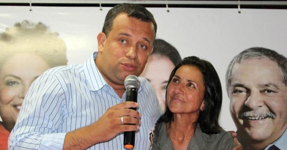 7.out.2012 - A prefeita de Angra dos Reis (RJ), Conceição Rabha (PT), comemora reeleição ao lado de seu vice-prefeito, Leandro Silva (PDT). A petista obteve 52.42% dos votos válidos