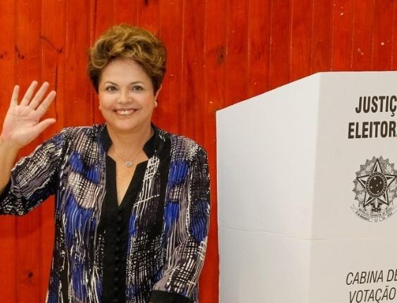 7.out.2012 - A presidente  Dilma Rousseff vota na Escola Estadual Santos Dumont, na zona sul de Porto Alegre. Ela foi acompanhada do governador do Estado, Tarso Genro, além de lideranças petistas como o ex-governador Olívio Dutra e o ex-prefeito Raul Pont.  Posteriormente, Dilma se dirigiu ao aeroporto para voltar a Brasília