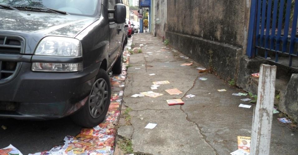 7.out.2012 - A rua Barão de São Borja, no bairro da Boa Vista, em Recife (PE) amanhece coberta de lixo eleitoral