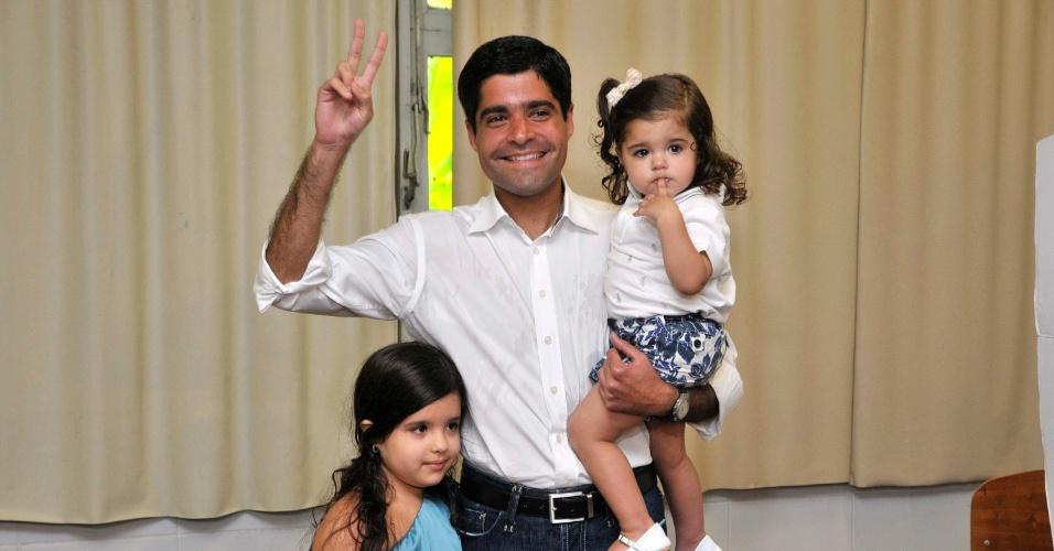 7.out.2012 - Acompanhado das duas filhas, o candidato do DEM à Prefeitura de Salvador, ACM Neto vota no primeiro turno