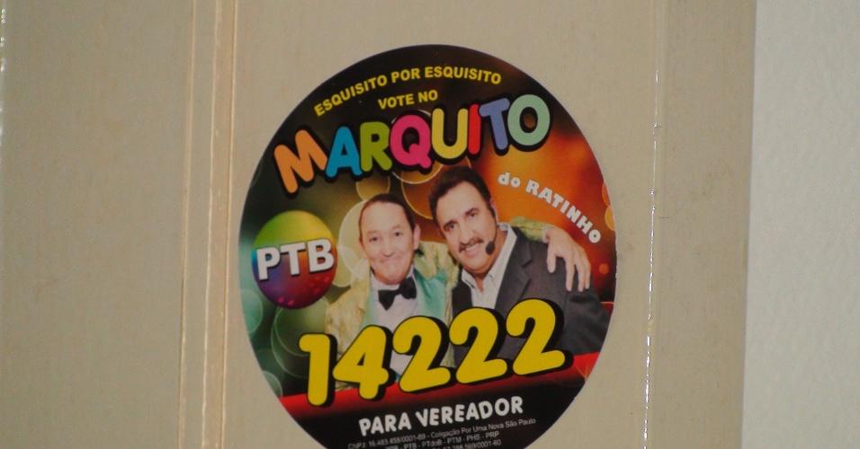 7.out.2012 - Adesivo de campanha tem imagem do apresentador Ratinho e logo que imita o do SBT