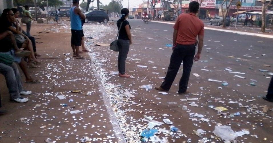 7.out.2012 -  Anderson Santos enviou imagem de via repleta de lixo em Palmas (TO)