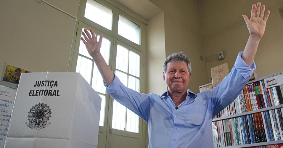 7.out.2012 - Arthur Virgílio, candidato do PSDB à Prefeitura de Manaus, votou em um colégio estadual da cidade neste domingo