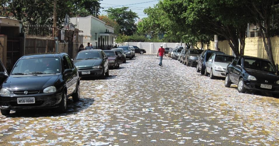 7.out.2012 - As ruas de Ribeirão Preto (313 km de São Paulo) nas proximidades dos locais de votação amanheceram sujas de propaganda eleitoral. Na cidade, está indefinido se haverá segundo turno
