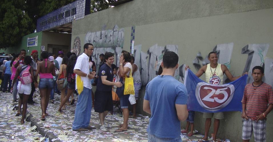 7.out.2012 - Cabos eleitorais dos principais candidatos a prefeito e vereador de Salvador fazem neste domingo (7) boca de urna em frente ao colégio estadual Luiz Vianna, na capital da Bahia