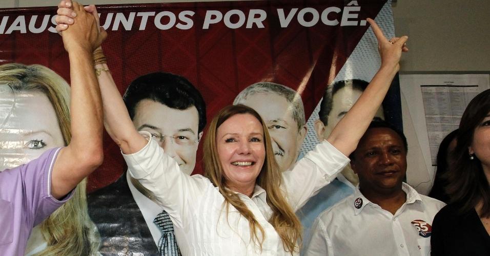 7.out.2012 - Candidata Vanessa Grazziotin (PC do B) comemora resultado nas eleições; ela disputará segundo turno com Artur Virgilio Neto (PSDB)
