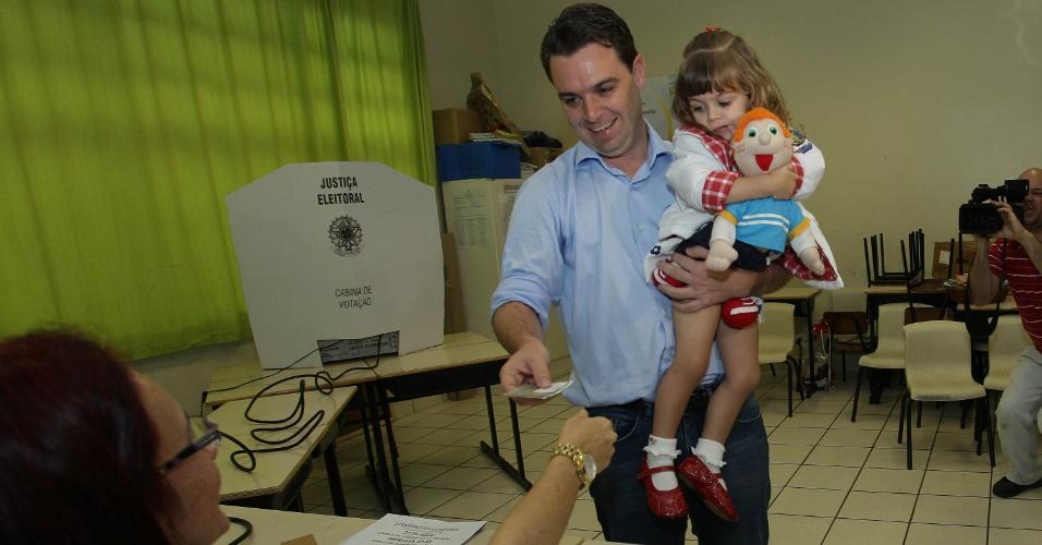 7.out.2012 - Candidato à Prefeitura de Florianópolis (SC) pelo PSD, Cesar Souza Júnior, votou na manhã deste domingo (7) em escola na no bairro João Paulo, região leste da cidade. Ele levou a sua mãe, Angela Maria de Souza, e sua filha de dois anos, Lara