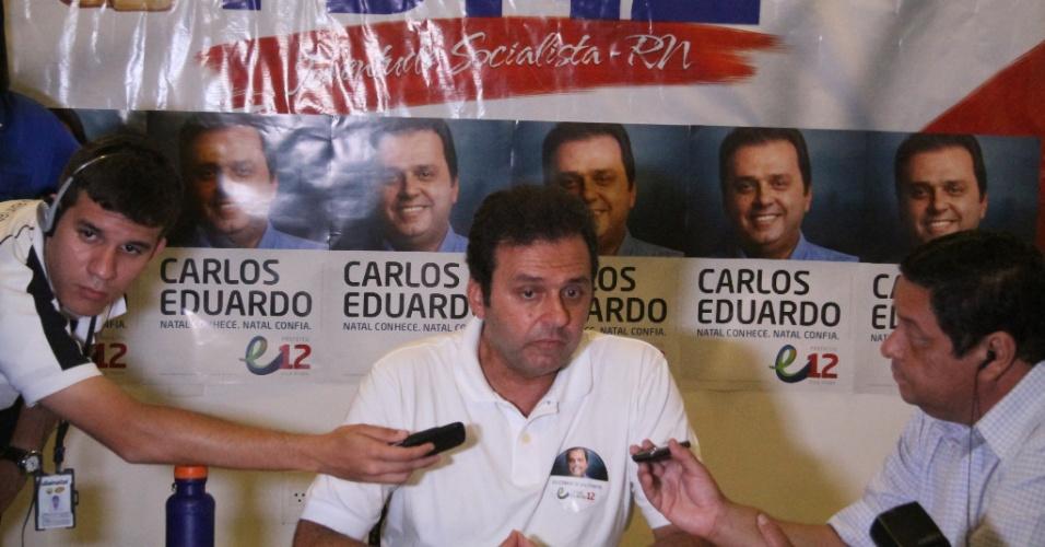 7.out.2012 - Candidato Carlos Eduardo chega a sede do PDT em Natal (RN), para comemorar sua ida ao 2º turno na disputa pela vaga na prefeitura. Ele disputará o cargo com Hermano Morais (PMDB)