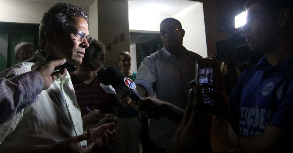 7.out.2012 - Candidato Hermano Morais chega à sede do PMDB em Natal (RN), para comemorar sua ida ao 2º turno na disputa pela vaga na prefeitura. Ele disputará o cargo com Carlos Eduardo (PDT)