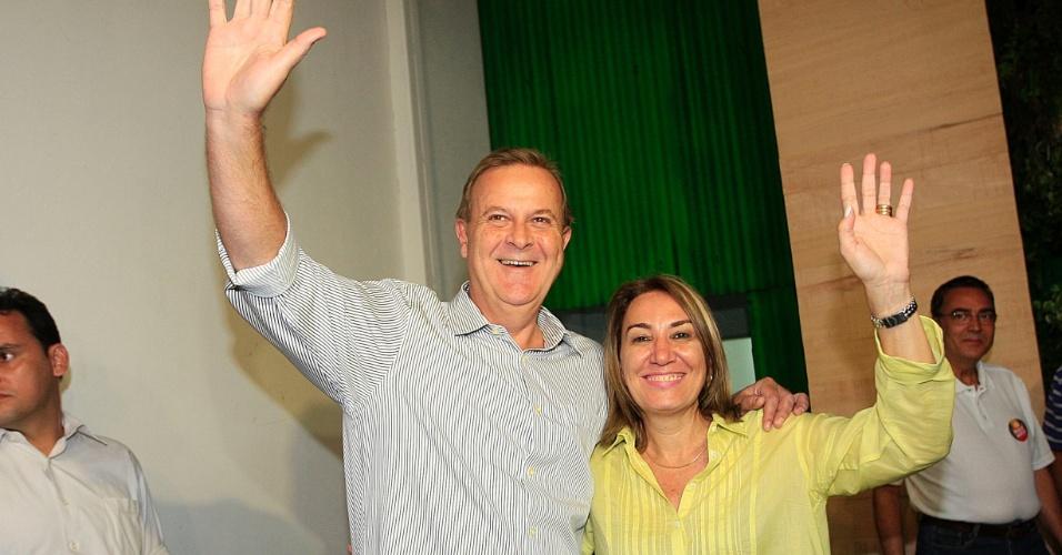 7.out.2012 - Paulo Garcia (PT), candidato e atual prefeito de Goiânia, comemora liderança na pesquisa boca de urna com 57,41% dos votos
