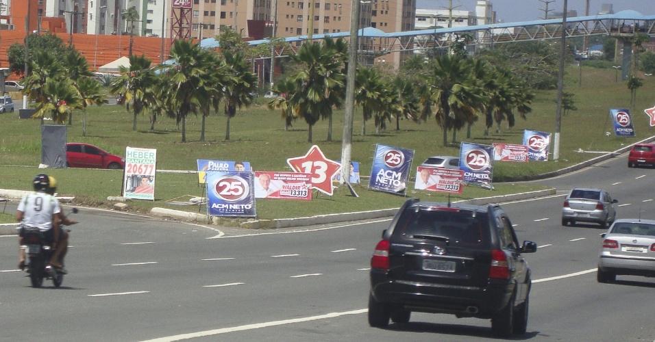 7.out.2012 - Cartazes com propaganda eleitoral aparecem espalhados nas principais ruas e avenidas de Salvador, na Bahia