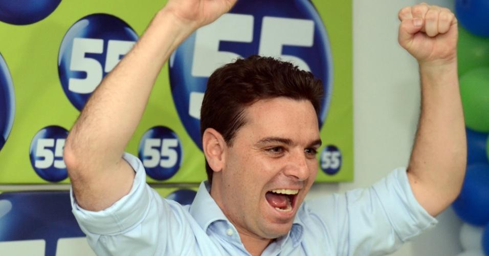 7.out.2012 - Cesar Souza Junior, candidato do PSD à Prefeitura de Florianópolis, comemora sua passagem para o segundo turno das eleições municipais da capital catarinense. Com 31,68% dos votos, ele conquistou o primeiro lugar nesta etapa da disputa eleitoral