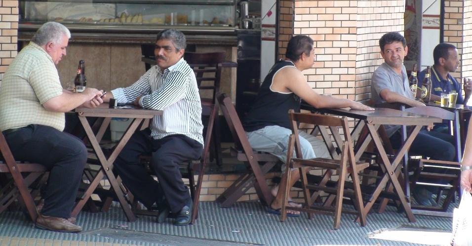 7.out.2012 - Clientes bebem cerveja em bar no bairro de Santa Cecília, no centro de São Paulo, na tarde deste domingo (7)