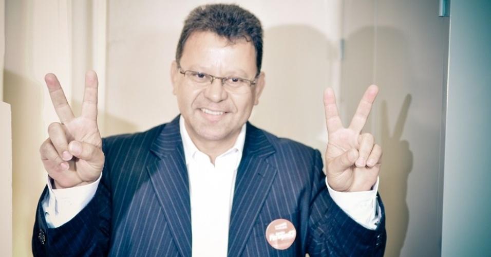 7.out.2012 - Com 53,08% dos votos, o prefeito de Pouso Alegre (MG), Agnaldo Perugini (PT), é reeleito no primeiro turno das eleições municipais da cidade mineira. Na foto, Perugini vota no Conservatório Estadual de Música Juscelino Kubitschek de Oliveira