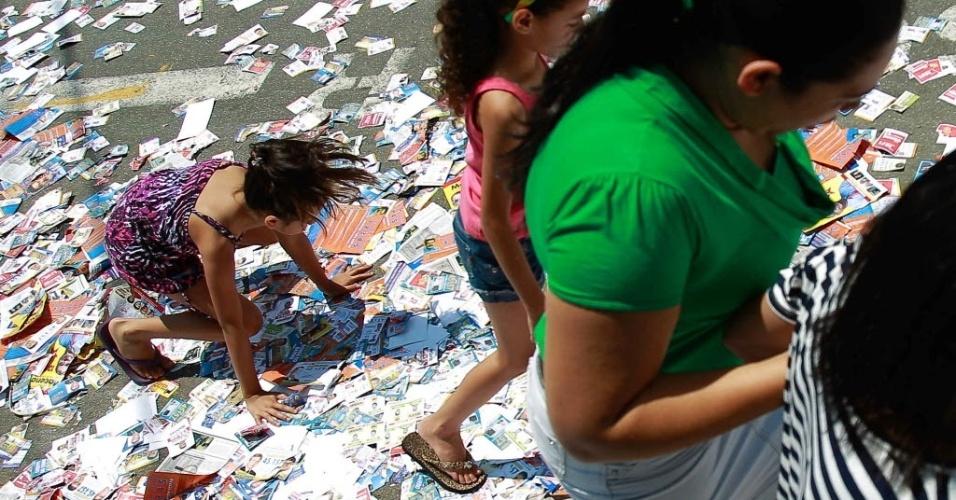7.out.2012 - Criança escorrega e cai em via repleta de panfletos de propaganda eleitoral  nos arredores da Escola Estadual  Professora  Maria Helena G. de Arruda, em Parada de Taipas, em São Paulo