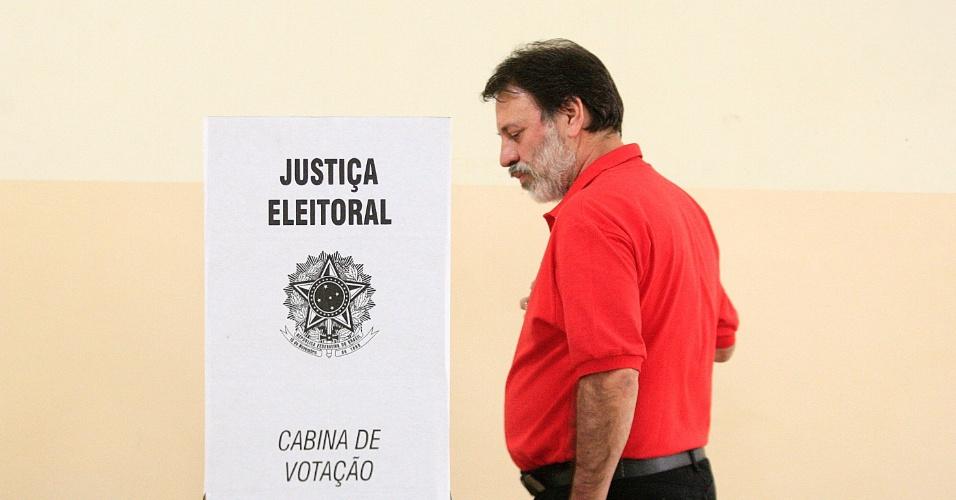 7.out.2012 - Delúbio Soares, ex-tesoureiro do PT e réu do mensalão, vota no Colégio Estadual Professor Pedro Gomes, em Goiânia, neste domingo