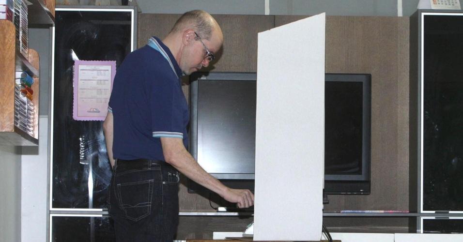 7.out.2012 - Demóstenes Torres, senador cassado no dia 11 de julho, registra seu voto no colégio Externato São José, em Goiânia (GO), neste domingo