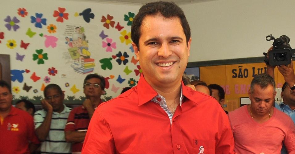 7.out.2012 - Edivaldo  Holanda (PTC), candidato à Prefeitura de São Luís (MA), registra seu voto nas eleições municipais deste domingo