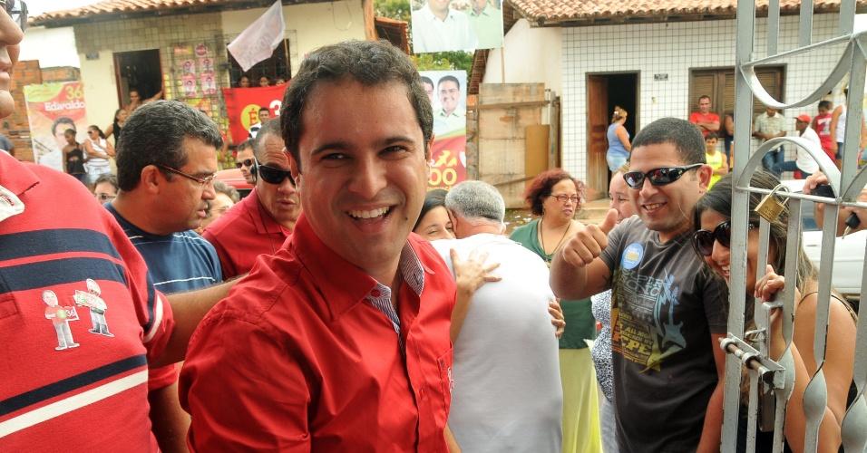 7.out.2012 - Edivaldo Holanda (PTC) Júnior, candidato à Prefeitura de São Luís (MA), cumprimenta eleitores na chegada para a votação na capital maranhense