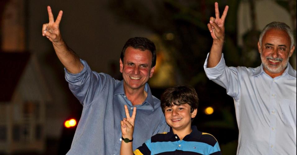7.out.2012 - Eduardo Paes faz seu primeiro discurso oficial após reeleição nas eleições 2012. Ao seu lado estão seu filho e o vice, Adilson Pires